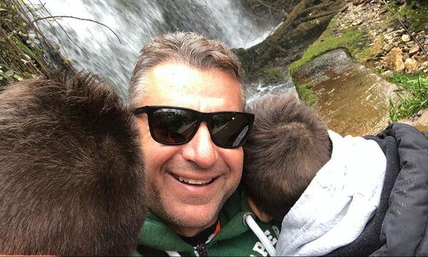 Γιώργος Λιάγκας: Ο γιος του κάνει μάθημα εξ αποστάσεως και εκείνος τον φωτογραφίζει (pics)