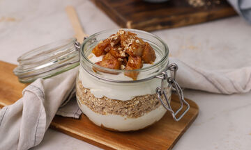 Φτιάξτε νόστιμο και υγιεινό παρφέ με γιαούρτι αμυγδάλου, μήλο και βρώμη