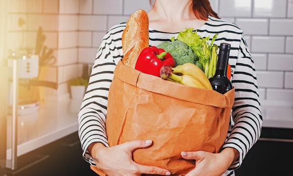 Κορονοϊός: Πρέπει να καθαρίζουμε τα προϊόντα του σούπερ μάρκετ; Δείτε τι συνιστούν οι ειδικοί (vid)