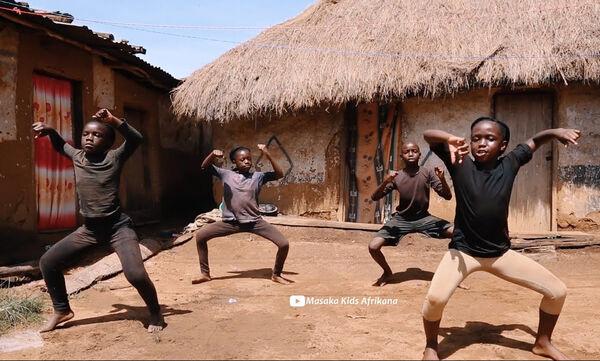 Υπέροχο! Παιδιά από την Αφρική τραγουδούν για τον κορονοϊό & στέλνουν το δικό τους αισιόδοξο μήνυμα