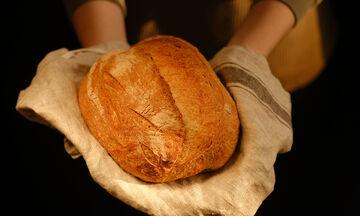 Πανεύκολη συνταγή για σπιτικό ψωμί με μπύρα χωρίς ζύμωμα (vid)