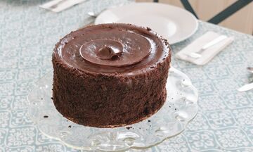 Φτιάξε σοκολατένιο κέικ χωρίς αλεύρι με τέσσερα υλικά (photos)