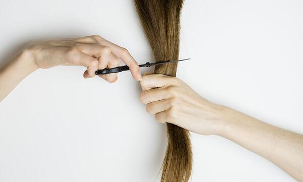 #Μένουμε_Σπίτι: Έτσι θα κόψετε μόνες σας τα μαλλιά σας σε ένα μήκος (vid)