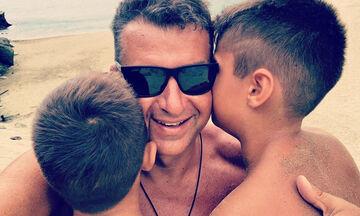 Γιώργος Λιάγκας: Ο μεγάλος του γιος κάνει μάθημα διαδικτυακά και εκείνος τον φωτογραφίζει (pics)
