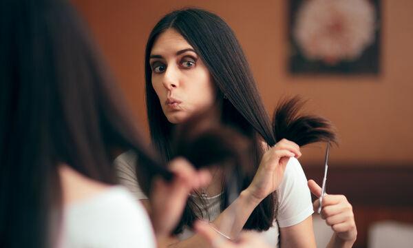 #Μένουμε_Σπίτι: Έτσι θα κόψετε μόνες σας τα μαλλιά σας σε μύτες (vid)