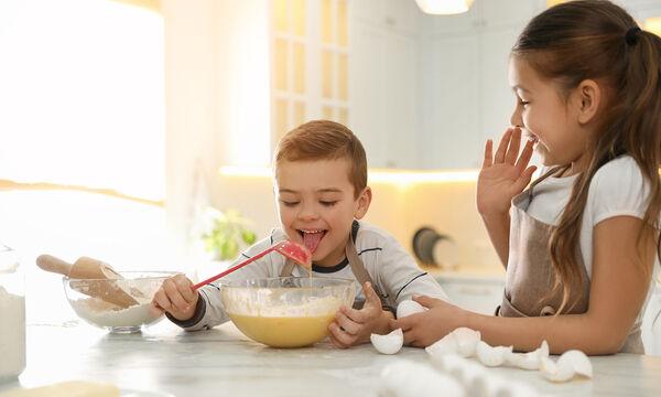 #Μένουμε_σπίτι: Απίθανο κέικ με μπανάνα και ένα αβγό που μπορείτε να φτιάξετε με τα παιδιά σας (vid)