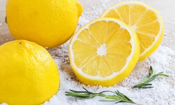 #Μένουμε_Σπίτι: Πέντε τρόποι να φτιάξετε σπιτικό καθαριστικό με λεμόνι (vid)