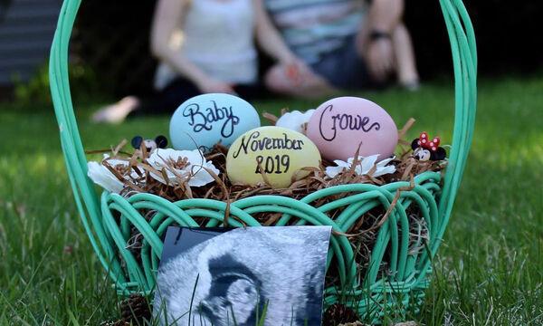 Εγκυμοσύνη το Πάσχα: Περιμένουν παιδί και το ανακοίνωσαν με αυτές τις πασχαλινές φώτο (pics)
