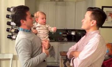 Μωράκι βλέπει τον δίδυμο αδερφό του μπαμπά του - Δε φαντάζεστε ποια ήταν η αντίδρασή του (vid)