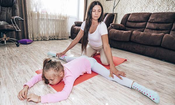 Γυμναστική για παιδιά στο σπίτι: Ασκήσεις και παιχνίδια για ζέσταμα (vid)