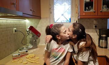 «Πλάθω κουλουράκια με τα δυο χεράκια» και τη βοήθεια της κόρης μου (vid)
