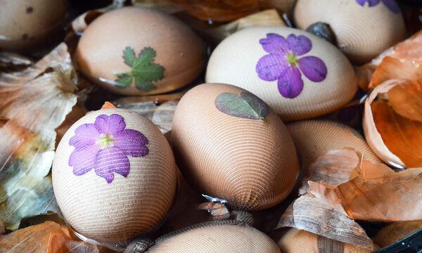 Βάψτε τα πασχαλινά σας αβγά με φλούδες από κρεμμύδι (vid)