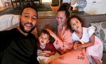 Chrissy Teigen: Οι φώτο στην καραντίνα με τα παιδιά δείχνουν πόσο τρελή οικογένεια έχει (pics)