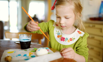 Πασχαλινό πρόγραμμα βαρεμάρας: Ιδέες για να απασχολήσετε τα παιδιά στο σπίτι τη Μεγάλη Πέμπτη