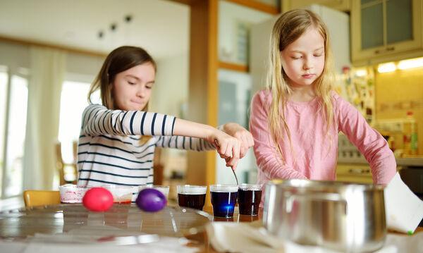 Πώς θα αφαιρέσετε την πασχαλινή βαφή αβγών από τα ρούχα σας (vid)