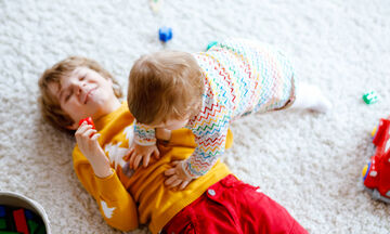 #Μένουμε _σπίτι: Αυτοσχέδια διασκεδαστικά παιχνίδια για να απασχολήσετε τα παιδιά (vid)