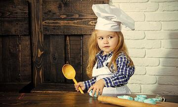 Τα παιδιά μαγειρεύουν παίζοντας στο σπίτι: Πώς θα φτιάξουν αυτά τα λαχταριστά σάντουιτς