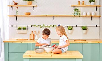Τα παιδιά μαγειρεύουν παίζοντας στο σπίτι: Πώς θα φτιάξουν λαχταριστά τρουφάκια με φυστικοβούτυρο