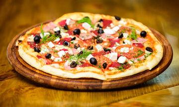 Συνταγή για τραγανή ζύμη πίτσας με δύο υλικά και χωρίς μαγιά (vid)