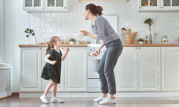 Τα παιδιά μαγειρεύουν παίζοντας στο σπίτι: Πώς θα φτιάξουν υγιεινά pretzel sticks με μαύρη σοκολάτα