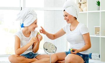 Εύκολες DIY μάσκες μαλλιών + θεραπείες για να ενυδατώσετε τα μαλλιά σας στο σπίτι