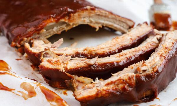 Συνταγή για καραμελωμένα spare ribs με bbq sauce και σαλάτα coleslaw