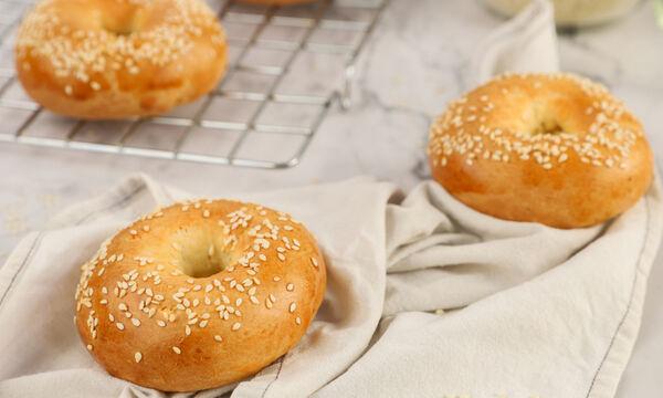 Σπιτικά bagels: Δείτε πώς θα τα φτιάξετε εύκολα και γρήγορα