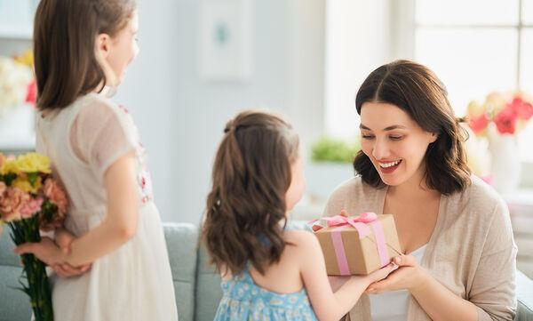 Γιορτή της Μητέρας: Τέσσερα δώρα που μπορούν να φτιάξουν τα παιδιά για τη μαμά τους (vid)