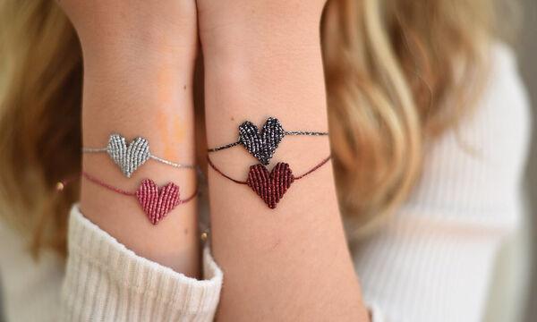 Γιορτή της Μητέρας: Δείτε πώς θα φτιάξετε μόνες σας βραχιολάκια καρδιές (vid)