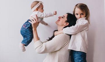 Έξι μαμάδες περιγράφουν πώς βιώνουν τη μητρότητα στο πέρασμα του χρόνου (vid)