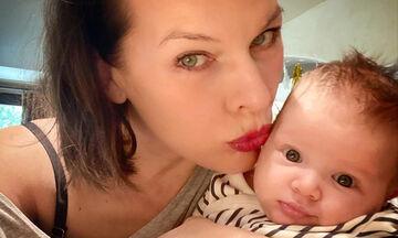 Η τριών μηνών κόρη της Milla Jovovich έχει τρελάνει το διαδίκτυο (pics)