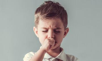 Ανοιξιάτικος βήχας: Τι να κάνετε για να ανακουφιστεί το παιδί