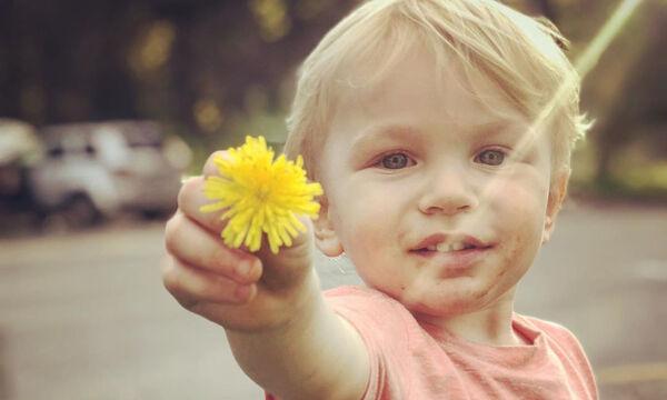 Παιδιά προσφέρουν στη μαμά τους λουλούδια - 'Ο,τι πιο όμορφο έχουμε δει (pics)
