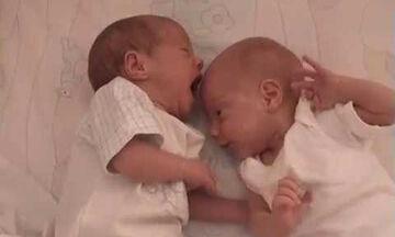 Δε φαντάζεστε τι κάνουν αυτά τα μόλις είκοσι ημερών δίδυμα μωράκια (vid)