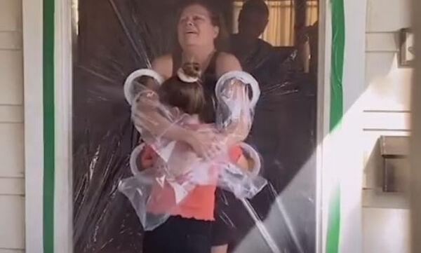 Αυτή η 10χρονη δημιούργησε μια «κουρτίνα αγκαλιάς» για να αγκαλιάσει τη γιαγιά & τον παππού της