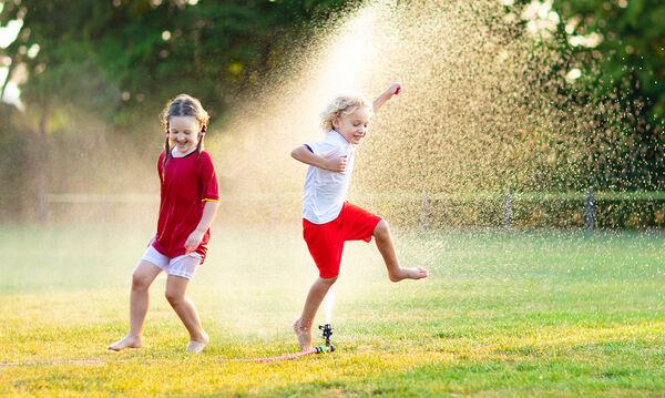 Πέντε παιχνίδια με νερό στο σπίτι για να δροσιστείτε με τα παιδιά (pics)