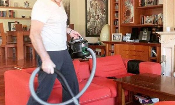 «H σειρά μου για σκούπισμα στο σπίτι...» - Ποιος διάσημος Έλληνας μπαμπάς ανέβασε αυτή τη φώτο;