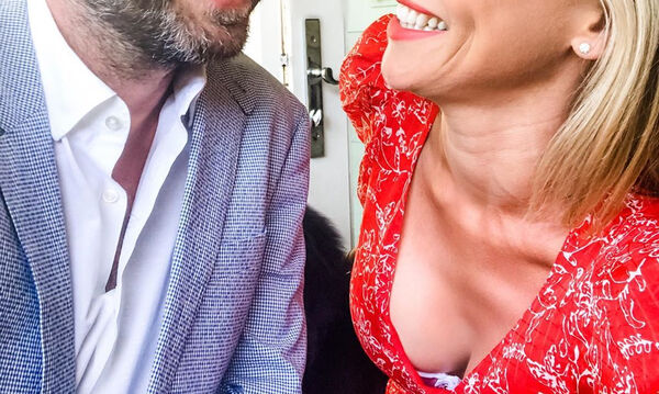 Ο αγαπημένος ηθοποιός γιόρτασε τα 15 χρόνια γάμου με μια απίθανη αφιέρωση (photos)