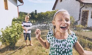 Δεν έχει θάλασσα αυτό το Σαββατοκύριακο; Δείτε πώς θα δροσίσετε τα παιδιά σας στο σπίτι (pics)
