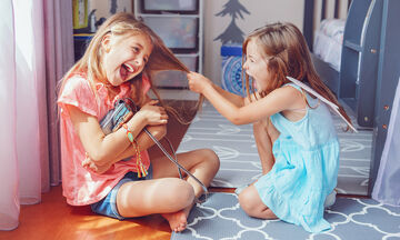 Χτυπάει, κλωτσάει, τρέχει μακριά: πώς θα διαχειριστείτε την άσχημη συμπεριφορά του μικρού σας