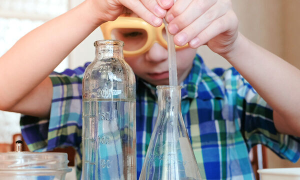 Μαθαίνουμε για τα καιρικά φαινόμενα με πέντε εντυπωσιακά πειράματα για παιδιά (vid)