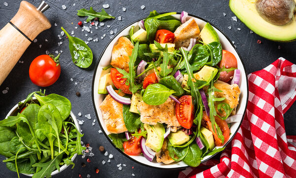 Πράσινες σαλάτες με κοτόπουλο: Πέντε συνταγές για όλα τα γούστα (vids)