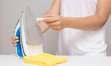 Πώς να καθαρίσετε εύκολα την πλάκα του σίδερου όταν κολλάει (pics)