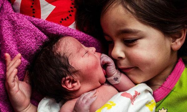 Παιδιά συναντάνε για πρώτη φορά τα νεογέννητα αδερφάκια τους - Δείτε υπέροχες φωτογραφίες (pics)
