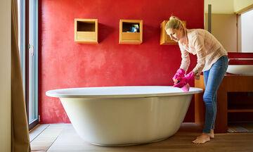 Άλατα και λεκέδες στην μπανιέρα; Έξυπνα tips για να γίνει πεντακάθαρη (vid)