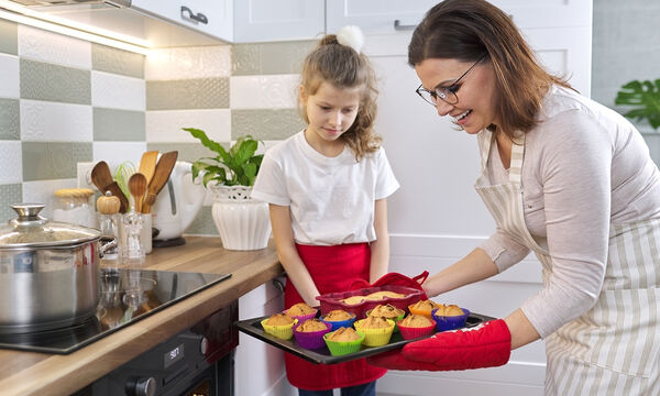 Το μυστικό για τέλεια cupcakes και δύο πεντανόστιμες κλασσικές συνταγές για να τις φτιάξετε (vids)
