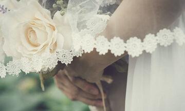 Αναβλήθηκε ο γάμος του με πλαστική κούκλα λόγω κορονοϊού (photos)