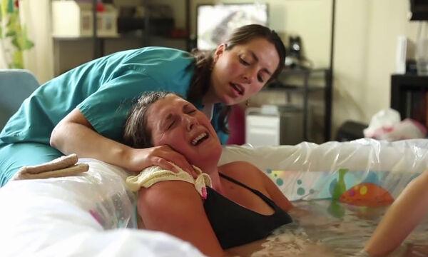 Απίστευτο βίντεο με τοκετό στο νερό - Γεννάει στο σπίτι έχοντας δίπλα τον σύζυγό της (vid)
