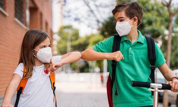 Επιστροφή στο σχολείο: Πώς θα μάθουν τα παιδιά να μην αγκαλιάζουν τους φίλους τους;
