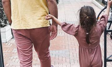 Γνωστός Έλληνας μπαμπάς ντύθηκε ασορτί με την κόρη του και βγήκαν βόλτα (pics)